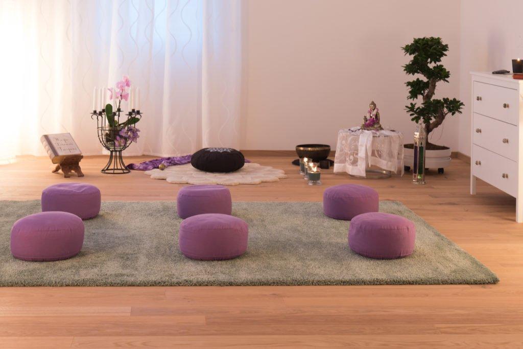 zeitr ume im yogastudio zum wohlf hlen asana yoga f r sich. Black Bedroom Furniture Sets. Home Design Ideas
